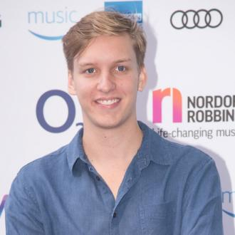 George Ezra had to deny to his pal that he fakes his age for his career