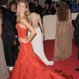 Gisele Bundchen Helps Pay Tribute To Mcqueen