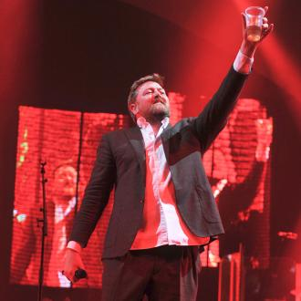 Guy Garvey uses teleprompter at Elbow concerts