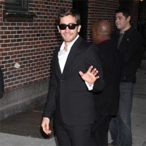 Jake Gyllenhaal Buys Bracelet For Taylor