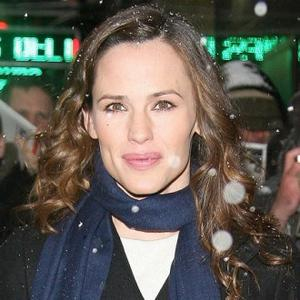 Jennifer Garner Gets Familiar With Brand's Anatomy