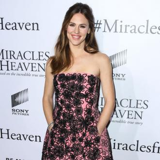 Jennifer Garner urges charity work