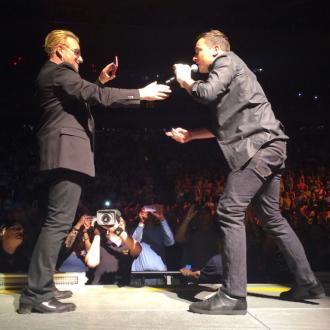 Jimmy Fallon sings with U2