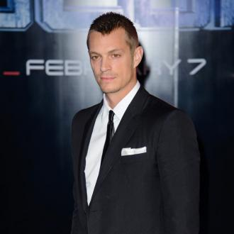 Joel Kinnaman Hurt Leg On Robocop