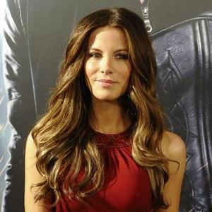 Kate Beckinsale Wants To Feed A Lamb