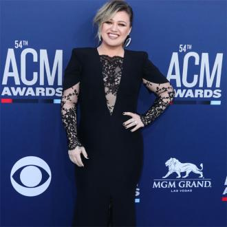 Kelly Clarkson mistaken for seat filler at ACM Awards