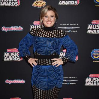 Kelly Clarkson's son doesn't know she's famous