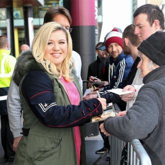 Kelly Clarkson Thinks Marijuana Should Be Legalised