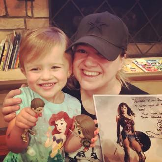 Kelly Clarkson's daughter receives Wonder Woman from Gal Gadot