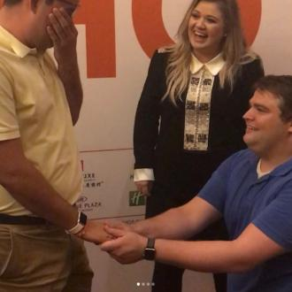 Kelly Clarkson helps couple get engaged