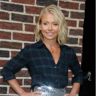 Kelly Ripa using fake tan as makeup