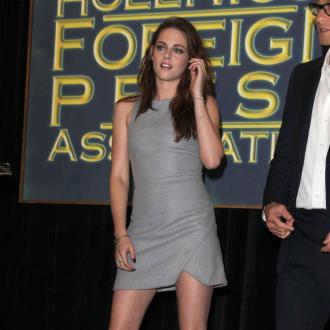 Kristen Stewart Wears Flats For Fans