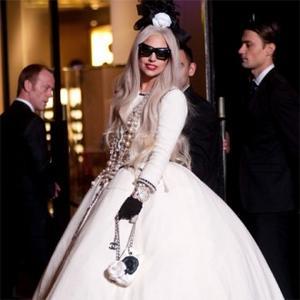 Lady Gaga Helps Dad In Restaurant