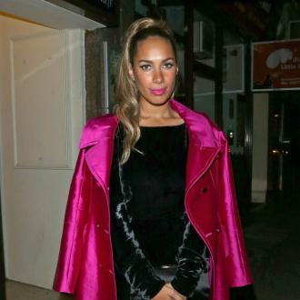 Leona Lewis sings in the toilet