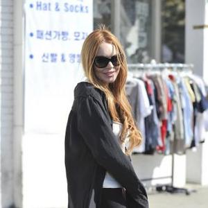 Lindsay Lohan 'Sells Clothes To Raise Cash'
