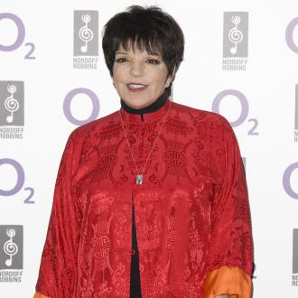 Liza Minnelli Performs With Broken Wrist