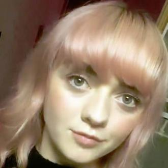 Maisie Williams debuts pink tresses
