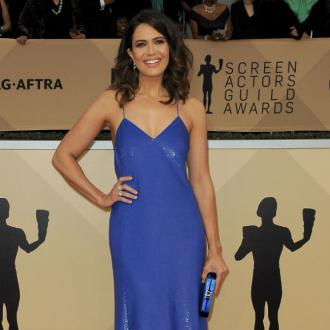 Mandy Moore revisits old look on SAG red carpet