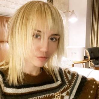 Miley Cyrus shows off platinum mullet