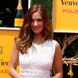 Minka Kelly Is Maroon 5'S Latest Video Star