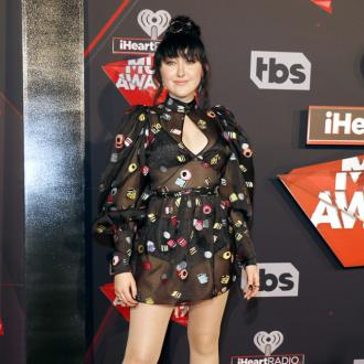Miley Cyrus gushes about sister Noah at iHeartRadio Music Awards
