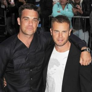 Robbie Williams Performs With Gary