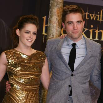 Kristen Stewart And Robert Pattinson Check Into Hotel