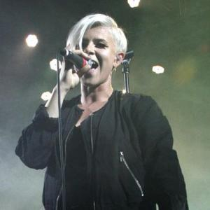 Robyn To Quit Cigarettes In New Year