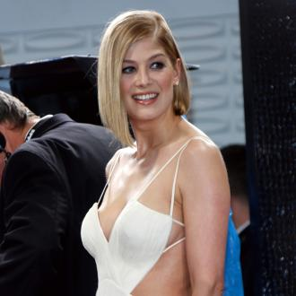 Rosamund Pike Wows In White At Golden Globes