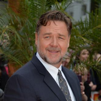 Russell Crowe reveals scar from Gladiator