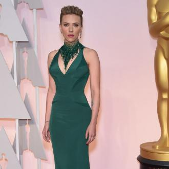 John Travolta kisses Scarlett Johansson at Oscars