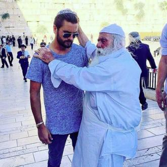 Scott Disick blessed by rabbi