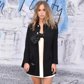 Suki Waterhouse uses light treatment