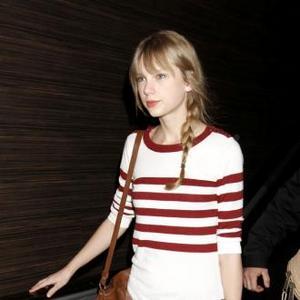 Taylor Swift Visits Boyfriend's Mother's Grave