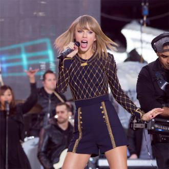 Taylor Swift Signs With Universal Music Group