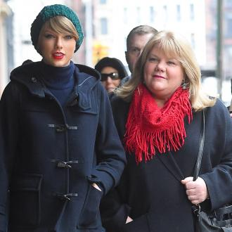 Taylor Swift's mother presents her with Academy of Country Music Award