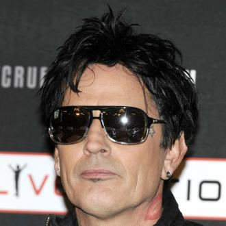 Tommy Lee in restaurant hat row