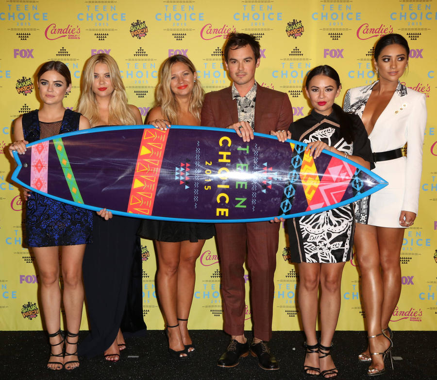 Selena Gomez And Pretty Little Liars Top 2016 Teen Choice Awards