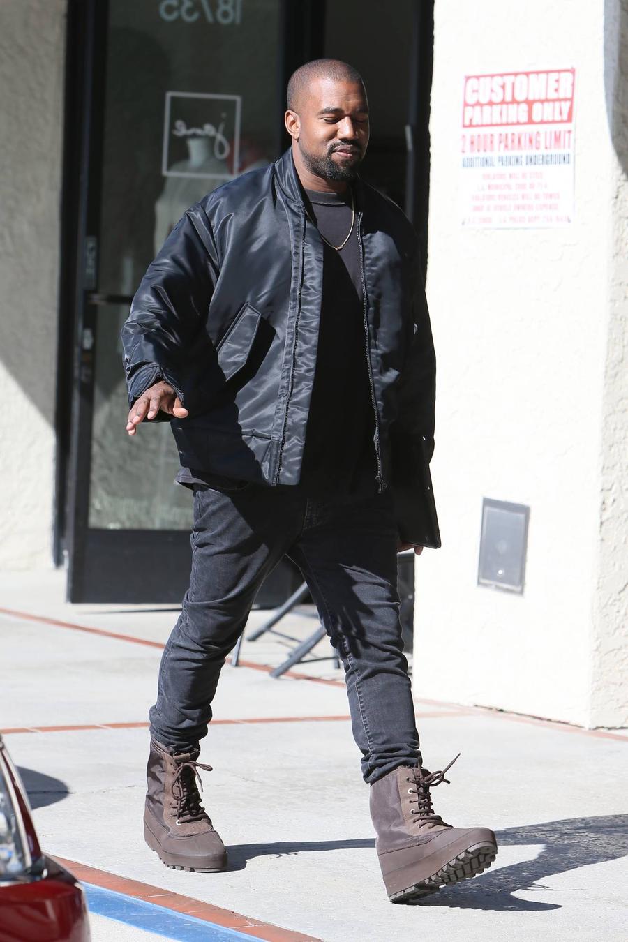 Kanye West Setting Up Pablo Pop-up Shop