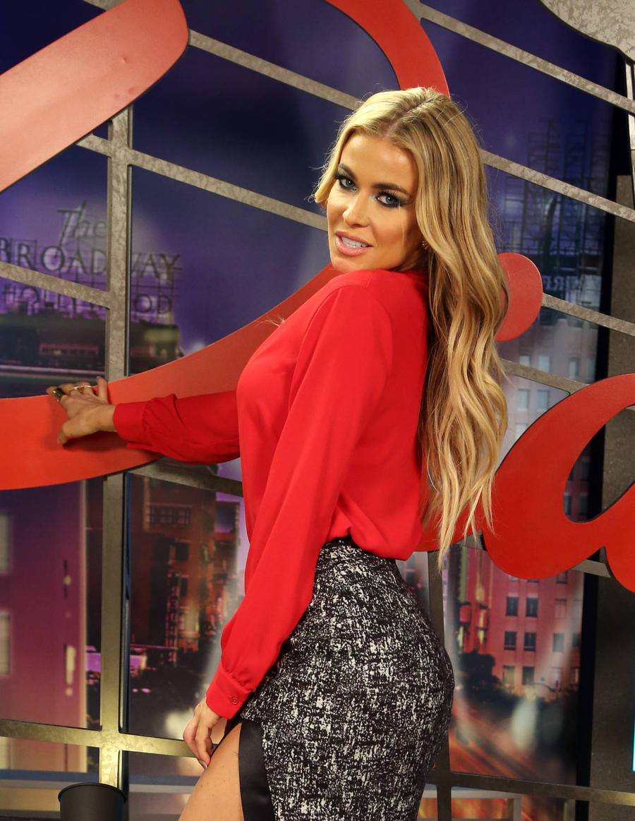 Carmen Electra Sues Strip Club Bosses
