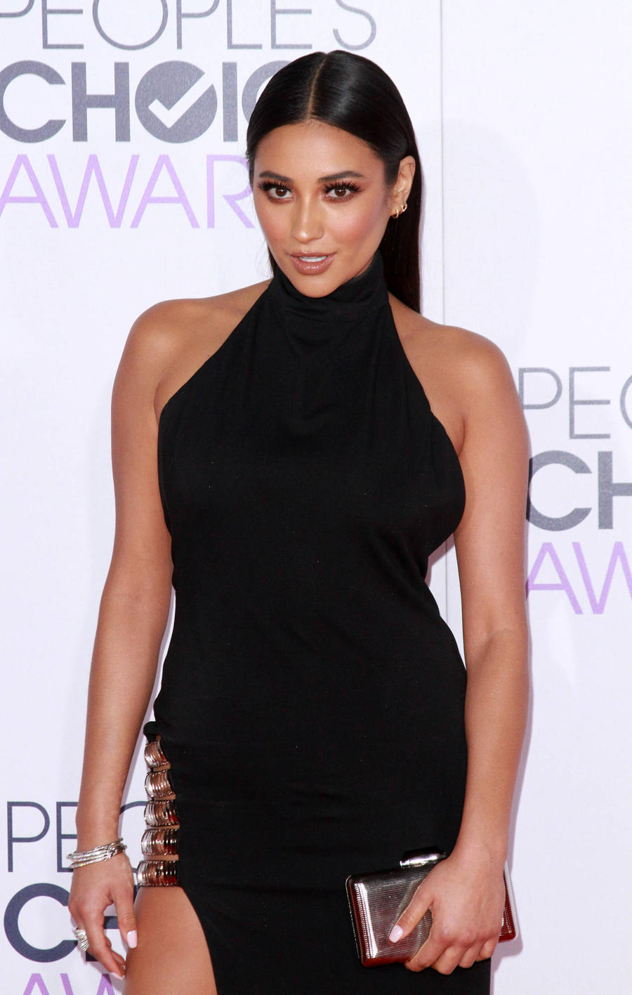 Shay Mitchell: 'Don't Let Photoshop Distort Your Image'