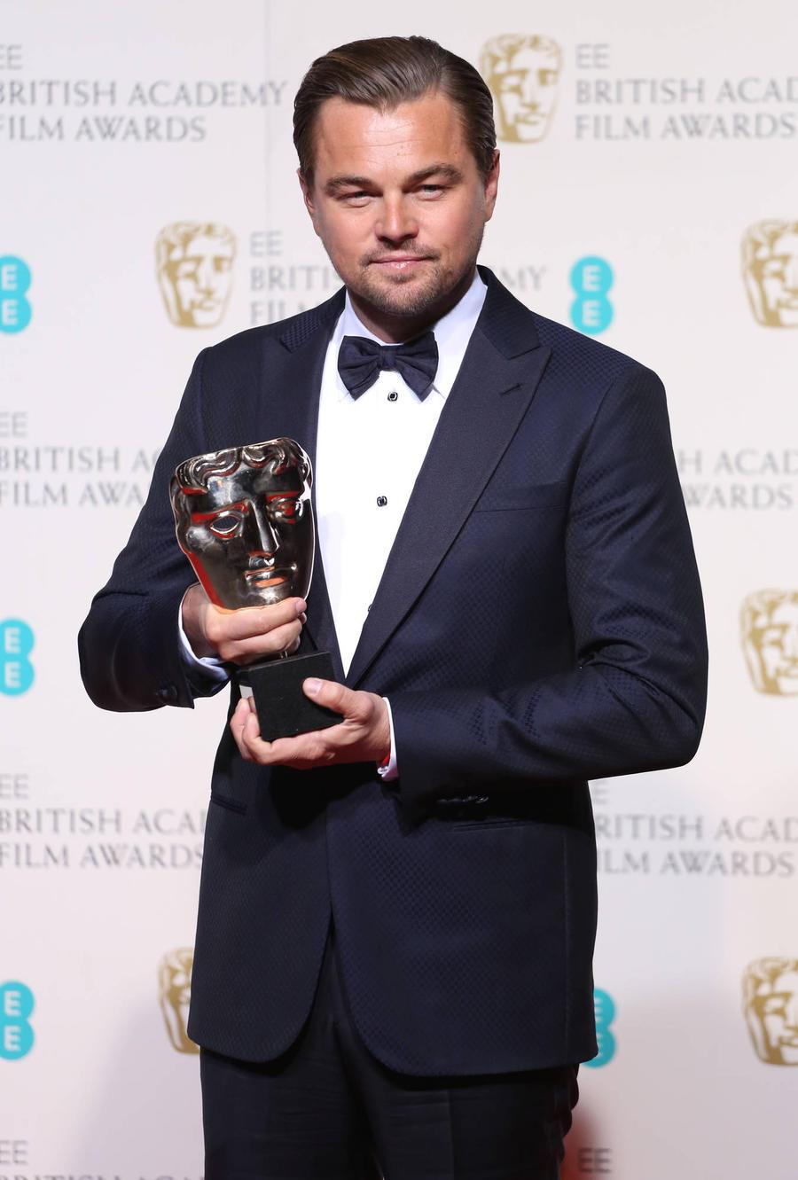 Leonardo Dicaprio 'Wins' Replica Oscar From Russian Fans