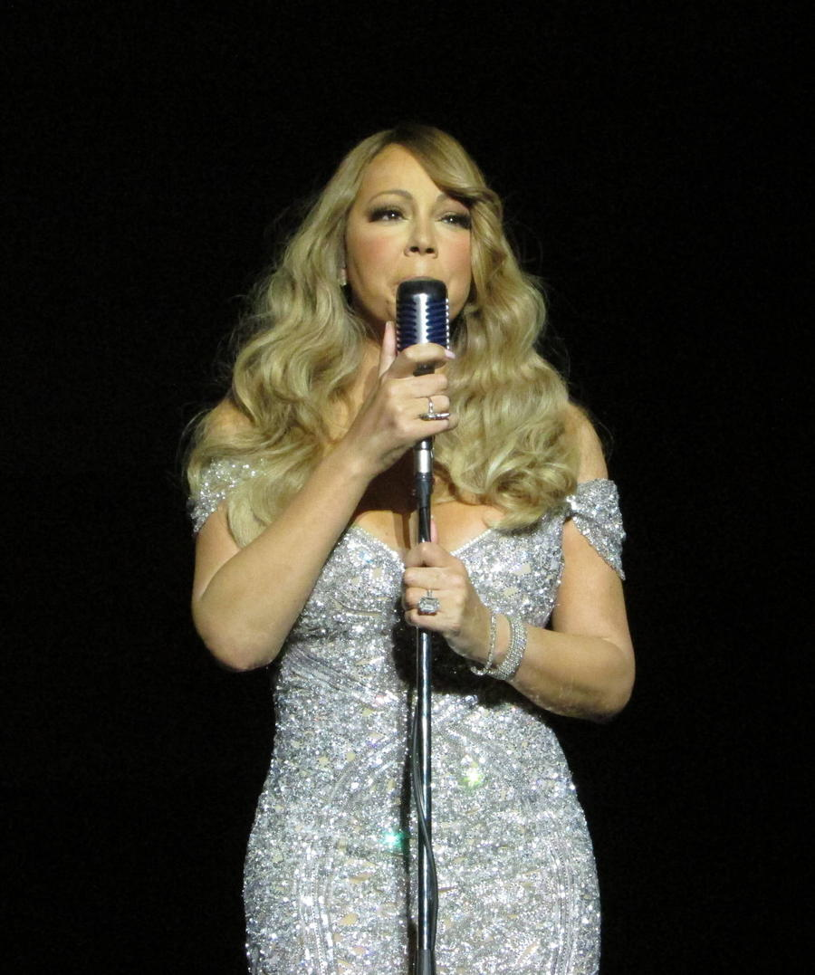Mariah Carey Dedicates Song To Prince At Paris Gig