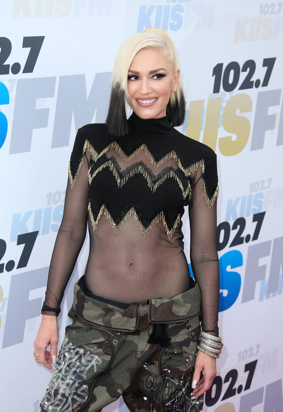 Blake Shelton 'Seals Gwen Stefani Romance With Promise Ring'