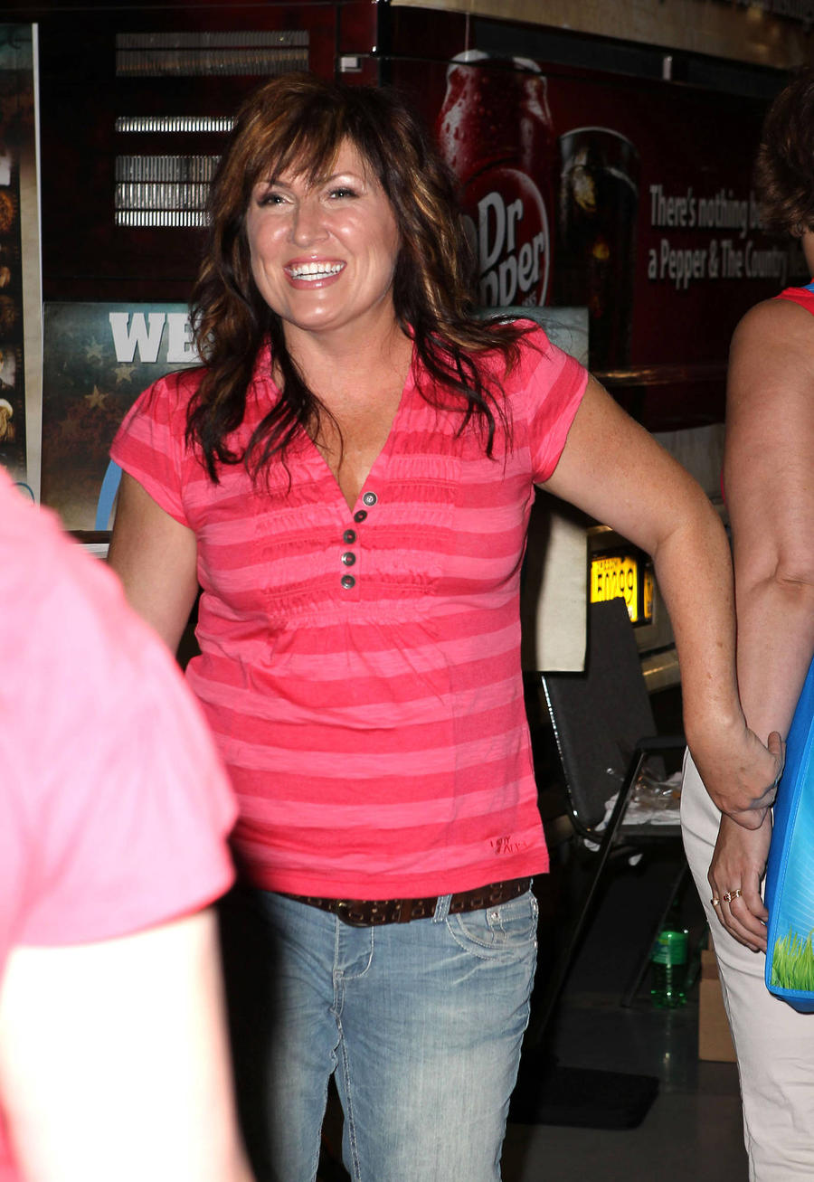 Jo Dee Messina Pens Original Song For Country Music Workout Plan