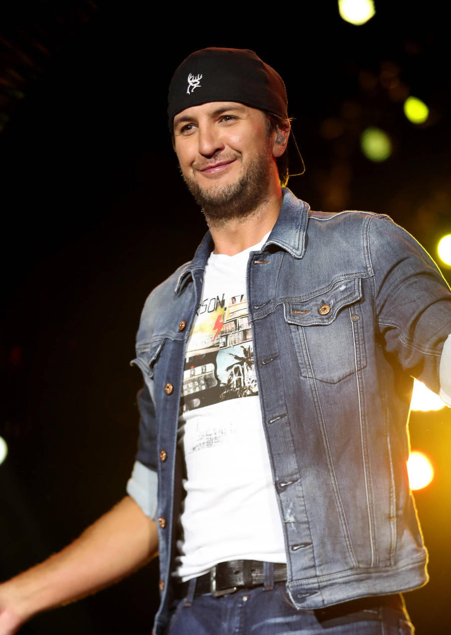Luke Bryan Performs With His Arm In A Sling After Bike Accident
