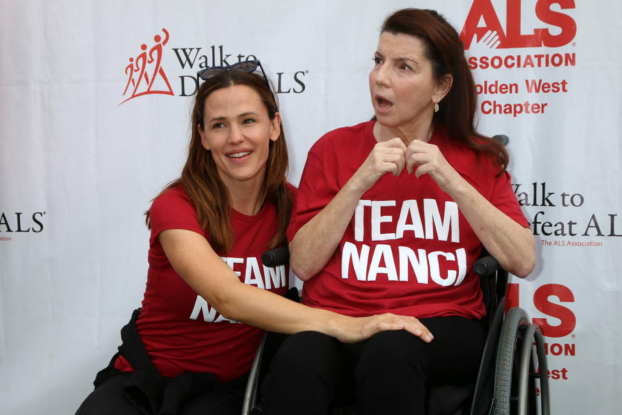 Jennifer Garner And Reese Witherspoon Team Up For Als Walk