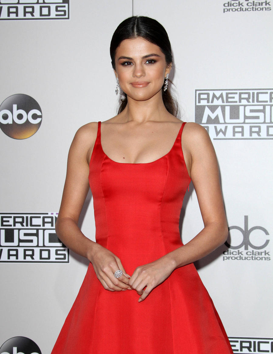 Selena Gomez Stuns Amas Crowd With Passionate 'Broken' Speech