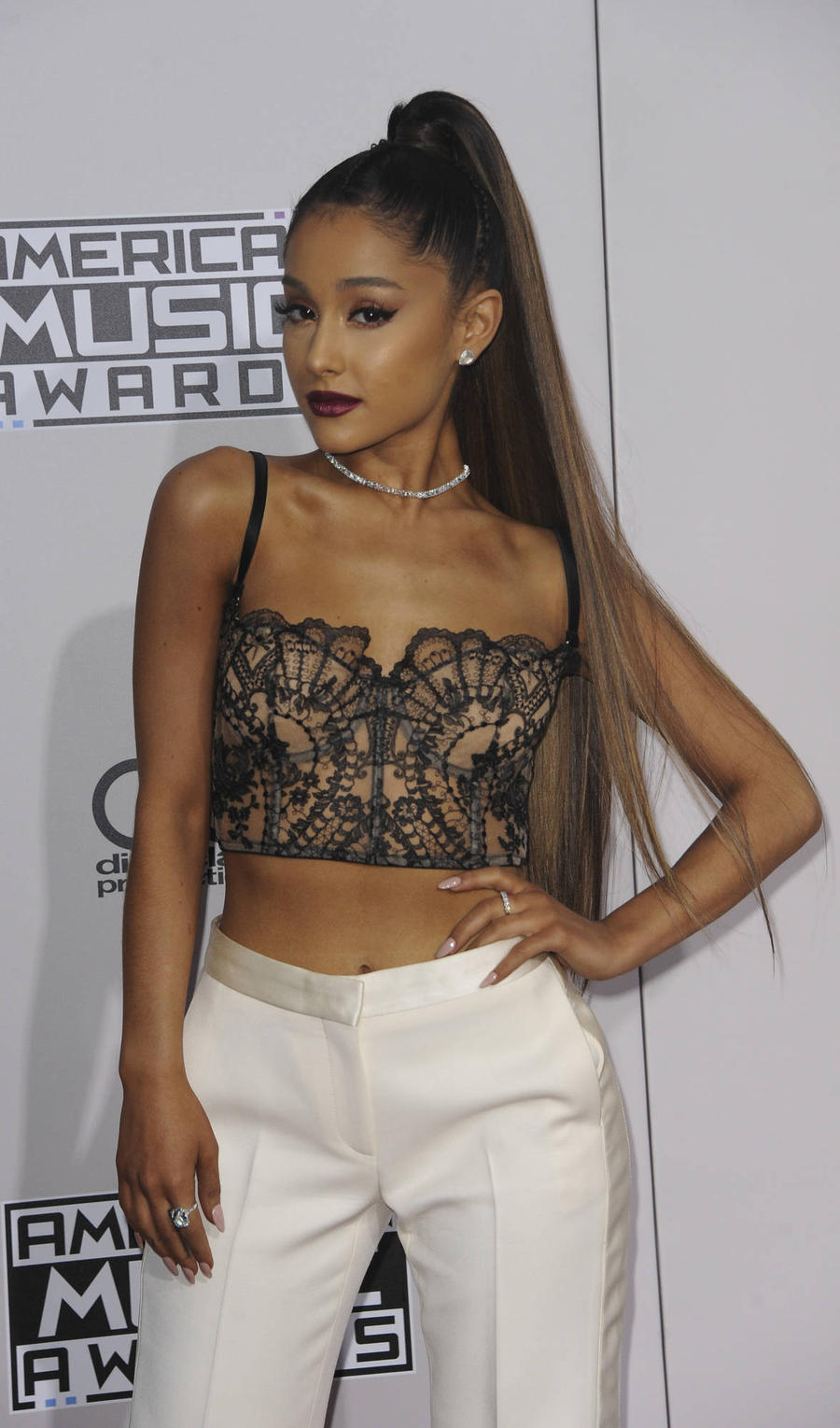 Ariana Grande 'Almost Cried' Seeing Selena Gomez On Amas Red Carpet