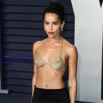 Zoe Kravitz applies highlighter under concealer